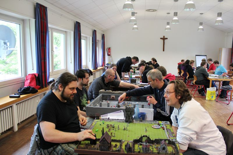 Gut besucht: Bild des Bloodbowl-Turniers aus dem Jahr 2012.